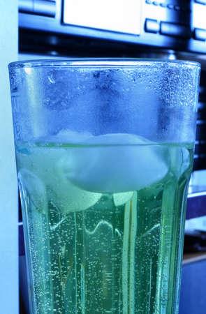 chilling out: refrigeraci�n a cabo con una bebida fr�a y la m�sica