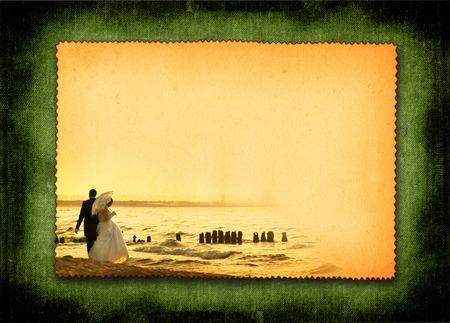 retro ansichtkaart met echtpaar tijdens strand wandelen, grote kopie ruimte voor je content, foto binnenkant is mijn eigendom