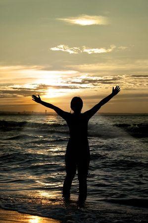 vereerster tegen ongelooflijke zomer zonsondergang op het strand, persoon niet identifable