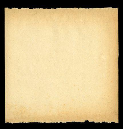 vierkant stuk gescheurd uit oude papier tegen diep zwarte achtergrond