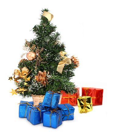 kerstboom en geschenken tegen een witte achtergrond, focus in voorgrond
