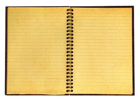 close-up van vergeelde open notebook geïsoleerd op pure witte achtergrond, goed zichtbaar papier textuur