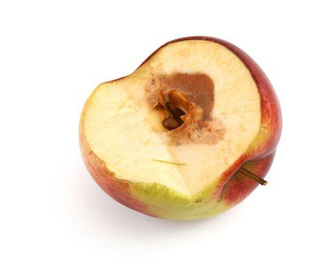 de helft van een rotte appel tegen witte achtergrond, schaduw aan de linkerzijde Stockfoto