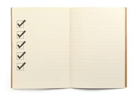 open bekleed notebook met checklist dozen tegen witte achtergrond, minimal natuurlijke schaduw in front