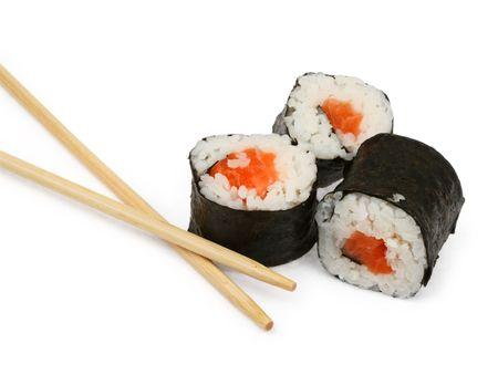 sushi en eetstokjes op wit, minimale natuurlijke schaduw onder