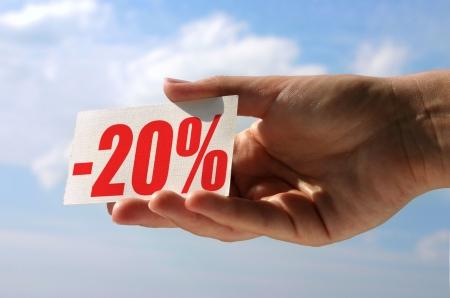 vrouwelijke kant bedrijf verkoop kaart tegen hemel, foto geen inbreuk maken op enig auteursrecht