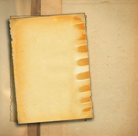 stukken van oud papier tegen gekleurd vuile achtergrond, randen zijn erg gerafeld