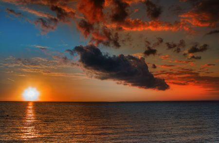 mooie levendige zonsondergang aan het einde van een hete zomerdag
