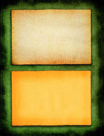 twee stuks stuk vergeelde papier tegen materiaal groene achtergrond