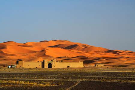 dune: el día está llegando a su fin en el borde del desierto del Sahara (Erg Chebbi, Marruecos)
