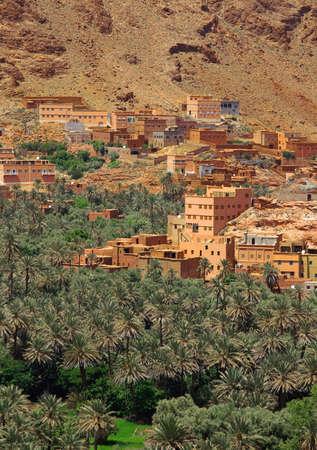 sangre derramada: panorama de un pueblo entre las colinas de Marruecos, vista desde la carretera de Tinerhir a Todra Gore