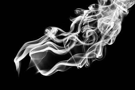 weißer Rauch gegen die tief schwarzen Hintergrund Lizenzfreie Bilder