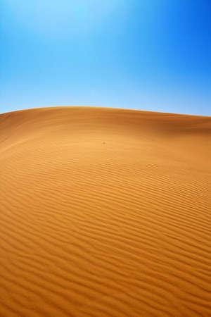 desierto: dunas de arena y el cielo azul sin nubes