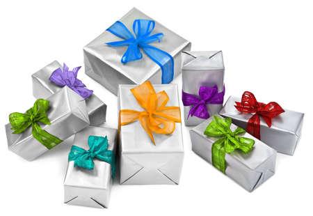 cadeaupapier: kerstcadeautjes op witte achtergrond, kleine natuurlijke schaduw tussen objecten