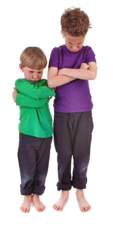 ni�os malos: Dos muchachos molestos fondo blanco Foto de archivo
