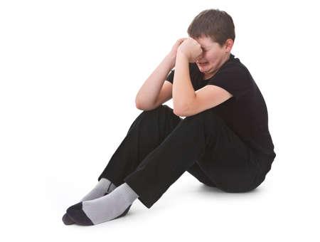 crying boy: ni�o triste, llorando sobre el fondo blanco