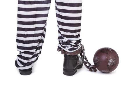 Gefangenen die Beine und Ball und Kette auf weißem, von hinten zu sehen