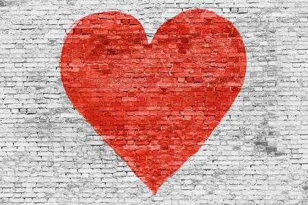 사랑의 상징 흰색 벽돌 벽에 그려진