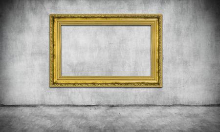oude gouden leeg frame op grijze muur