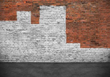 Oude bakstenen muur beschilderd met witte verf