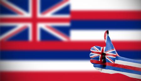 Vlag van Hawaï dan vrouwelijke hand