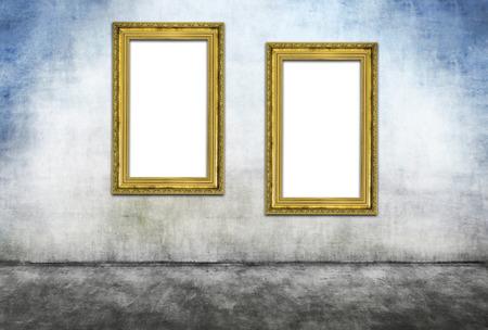 Twee verticale gouden frames op grijze vuile muur Stockfoto