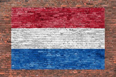 Vlag van Nederland geschilderd ouder bakstenen muur