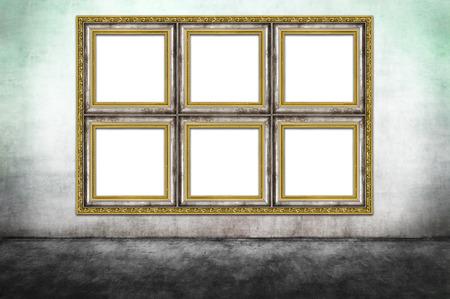Enorme versierde frame op vuile muur. Stockfoto