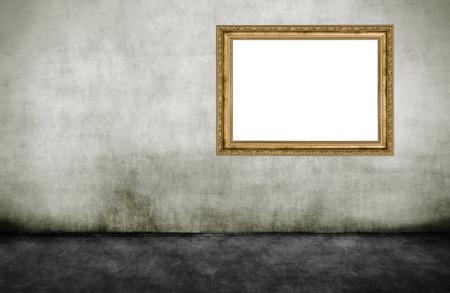 Gouden houten leeg frame op vuile muur