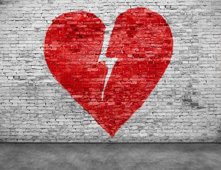 Vorm van gebroken hart geschilderd op bakstenen muur Stockfoto