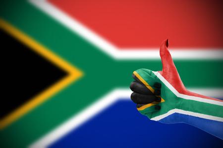 Vlag van de Republiek van Zuid-Afrika op de vrouwelijke kant, onscherpe vlag op achtergrond