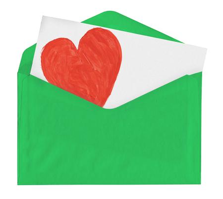 Nota van de liefde in groene envelop op wit wordt geïsoleerd