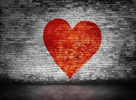 Symbool van de liefde geschilderd op duistere, sombere bakstenen muur