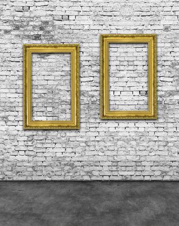 Twee verticale gouden frames op een witte bakstenen muur