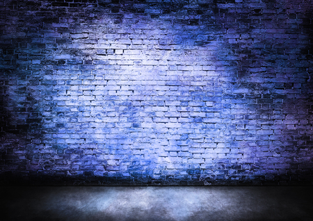 Murky bakstenen muur in blauw tinten