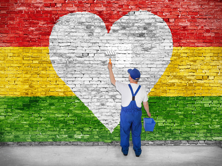 Huisschilder schildert hart symbool op Reggae vlag