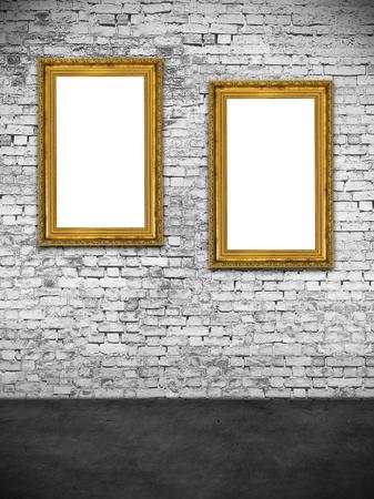 Twee holle frames op een witte bakstenen muur