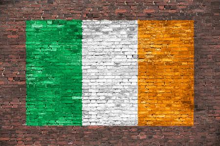 Vlag van Ierland schilderde over oude bakstenen muur