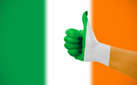 Vlag van Irelandon vrouwelijke kant, tweede, onscherpe vlag op achtergrond.