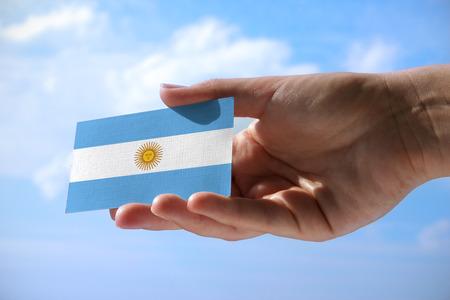 Kleine vlag van Argentinië, cumulus wolken op de achtergrond Stockfoto