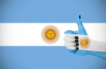 Vlag van Argentinië op de vrouwelijke hand, tweede, defocused vlag op achtergrond. Stockfoto