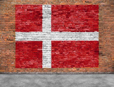 Vlag van Denemarken geschilderd op oude bakstenen muur
