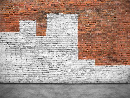 Vieux mur de briques peintes avec de la peinture blanche
