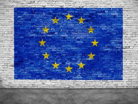 Vlag van de Europese Unie op een witte bakstenen muur