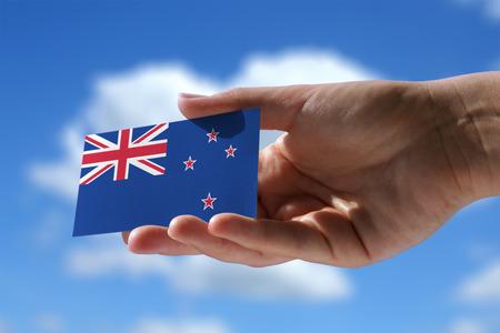Kleine vlag van Nieuw-Zeland, cumulus wolken op de achtergrond