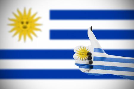 Vlag van Uruguay op vrouwelijke hand, tweede, defocused vlag op achtergrond. Stockfoto