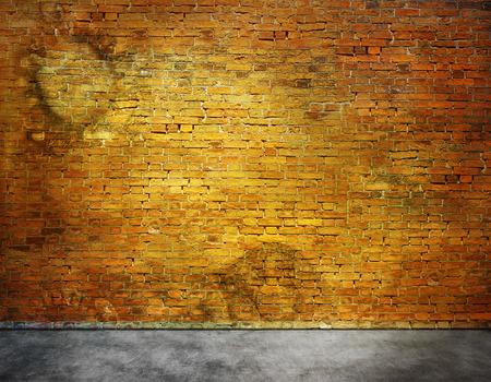 Oude bakstenen muur met vlekken met een deel van de voorgrond Stockfoto