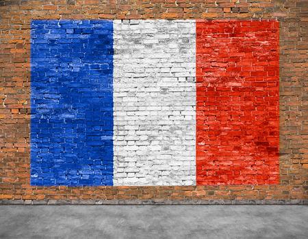 Vlag van Frankrijk geschilderd op oude bakstenen muur Stockfoto