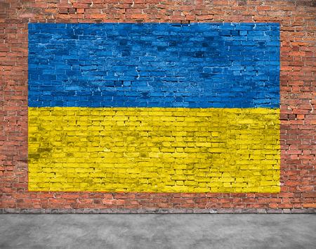 Vlag van de Oekraïne schilderde ouder bakstenen muur Stockfoto