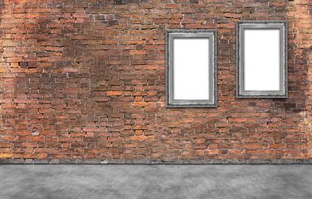Twee zilveren frames op oude bakstenen muur